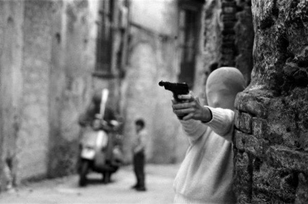 Letizia Battaglia, Il gioco del killer, vicino alla chiesa di Santa Chiara, Palermo 1982